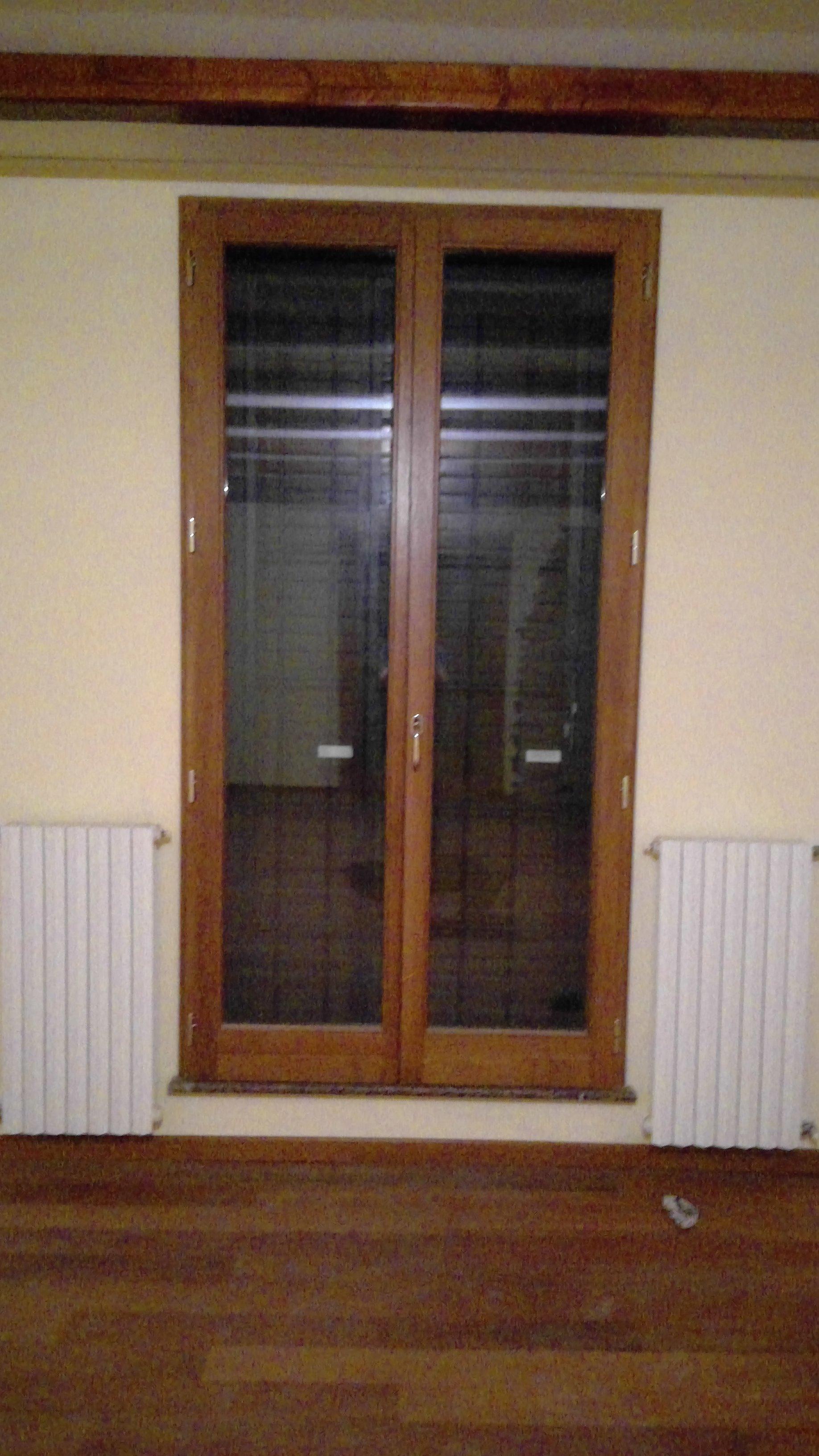 Porta finestra in legno marrone