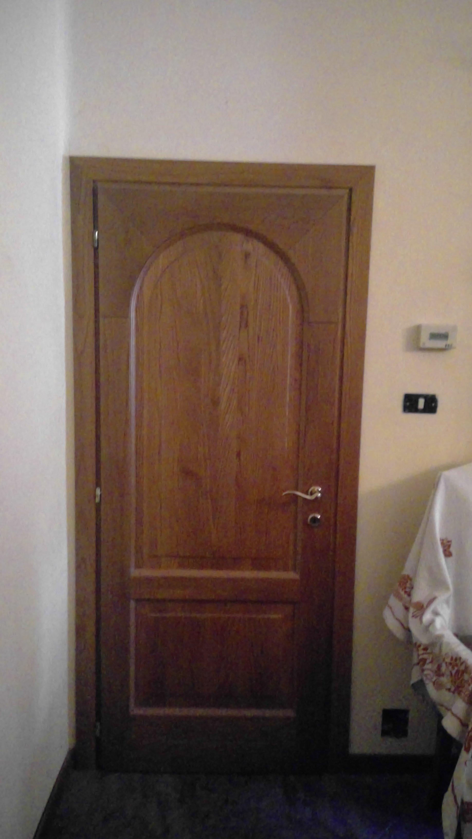 Porta interna in legno con dettagli arrotondati