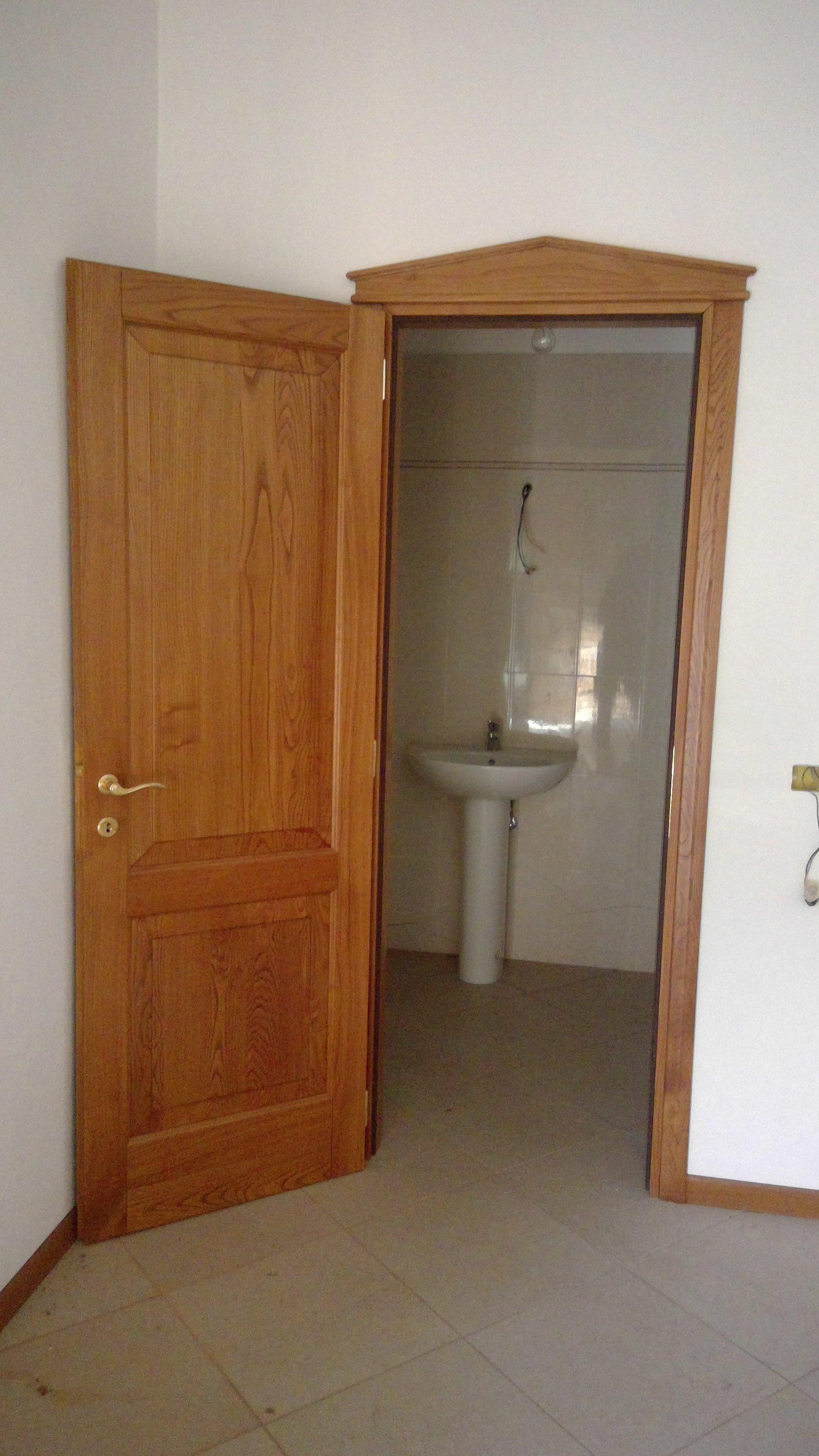 Porta interna in legno con vista bagno