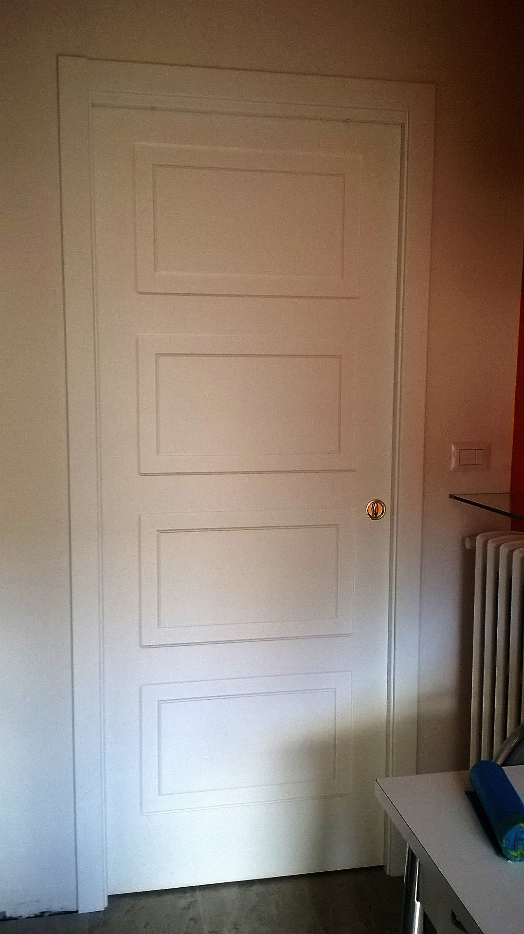 Porta interna bianca con decorazioni quadrate