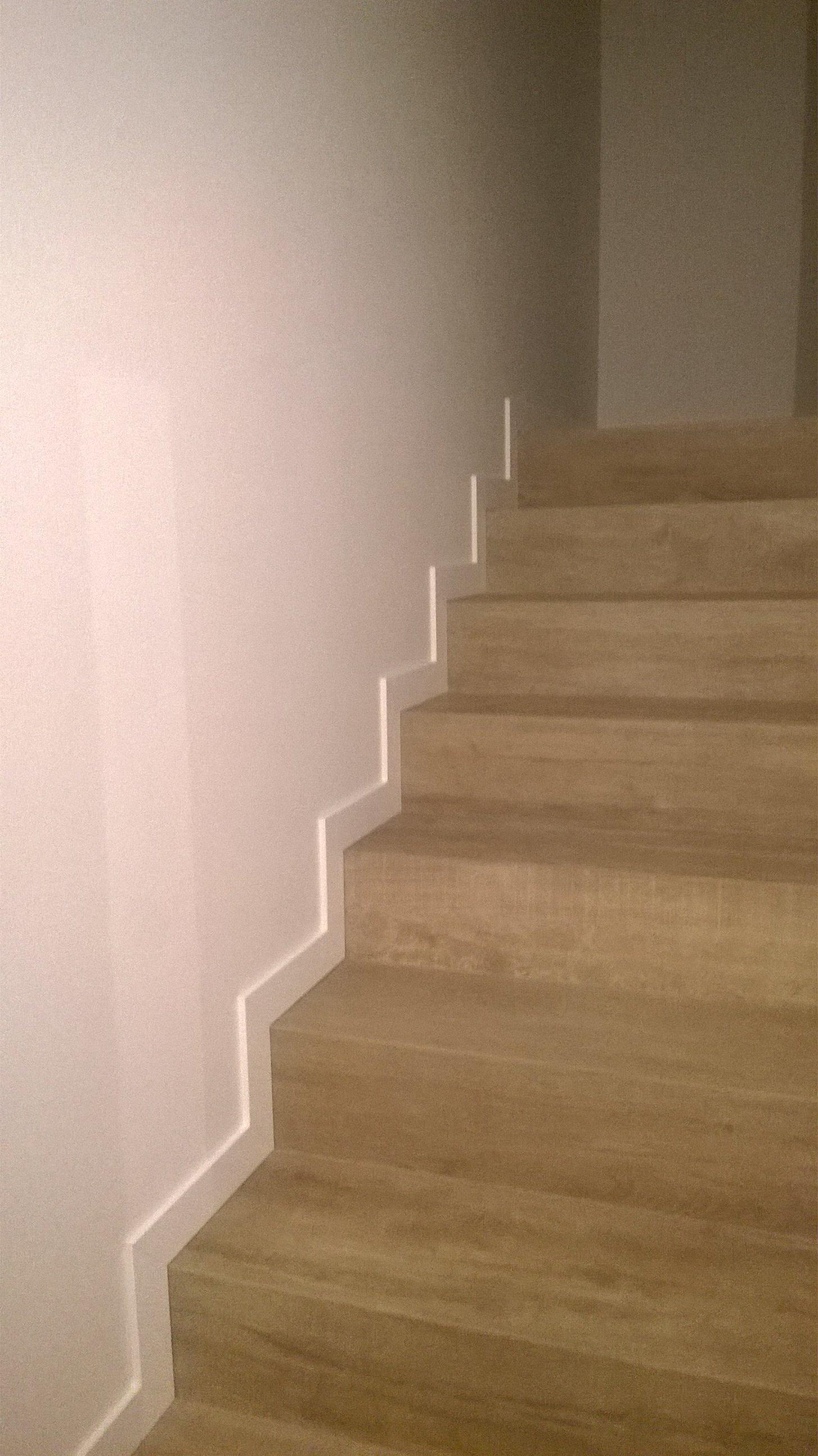 Scale con parete bianca