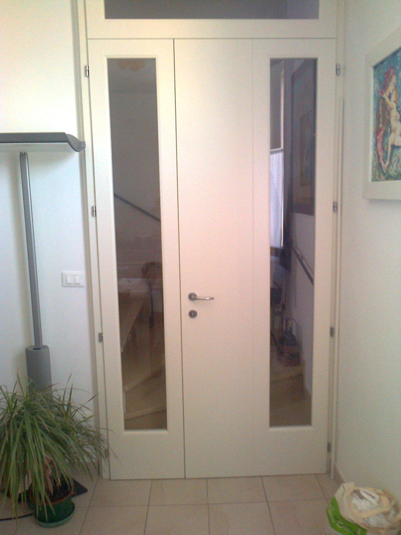 Porta interna bianca con vetrate rettangolari verticali