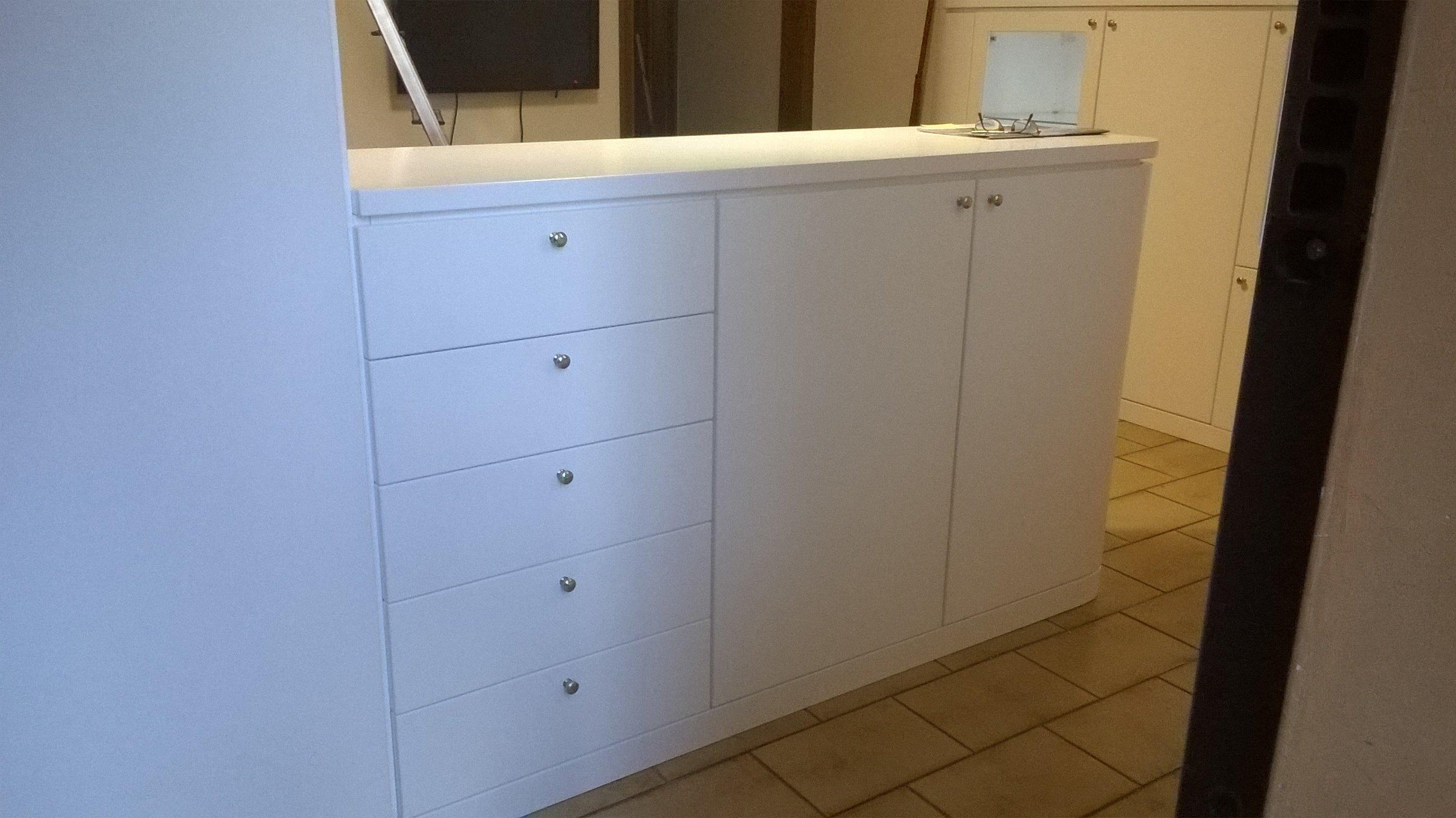Mobile con cassetto in legno bianco