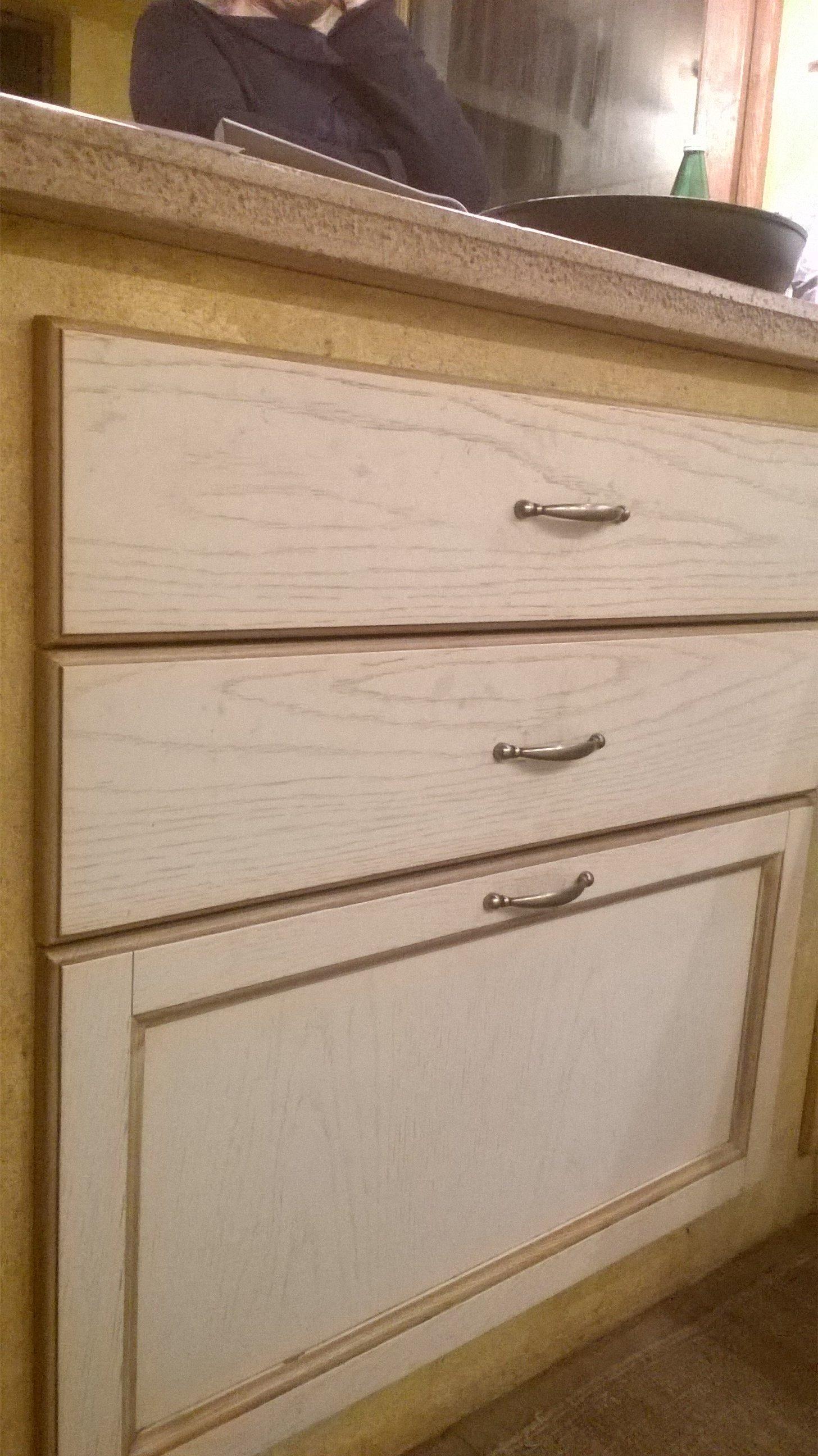 Cassettiera in legno chiaro