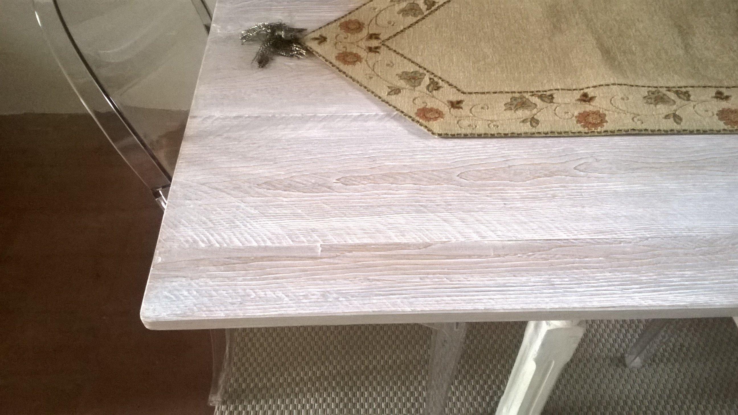 Tavolo in legno con tovaglietta