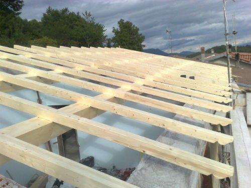 delle assi delle assi di legno di un tetto