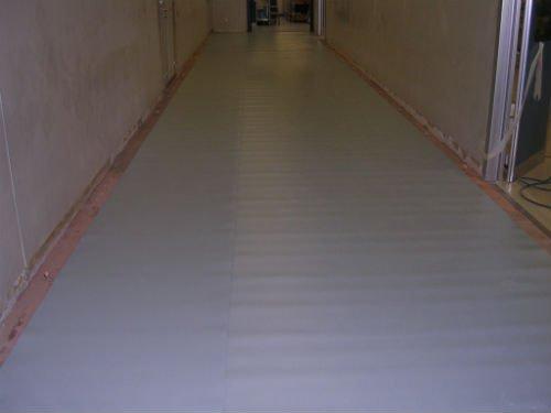 un corridoio in uno stabile in costruzione