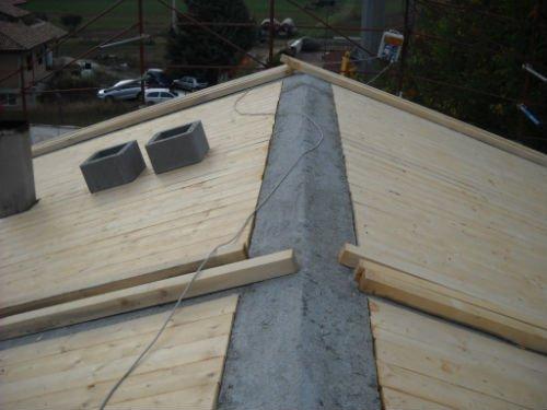 un tetto con delle assi di legno