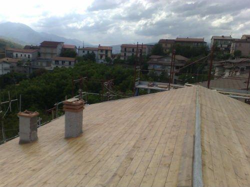 un tetto ricoperto di assi di legno