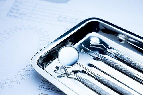 Strumenti ortodontici riposti su un vassoio sterile