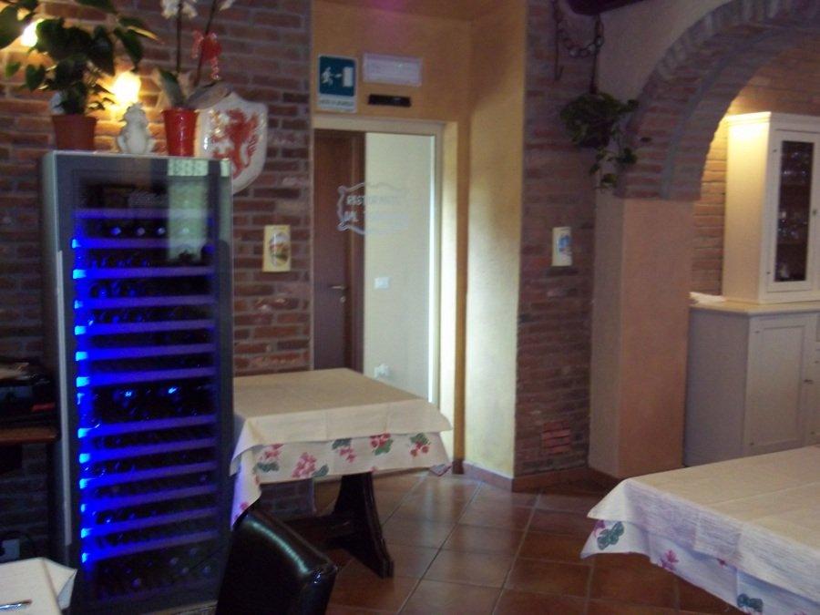 banco frigo con porta di entrata in cucina
