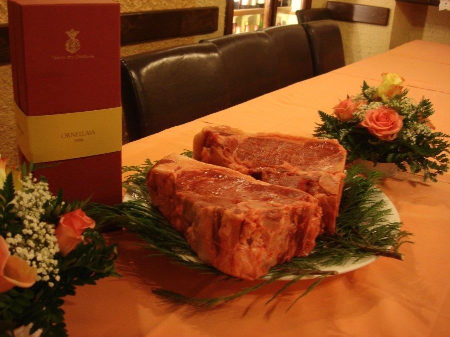 mezza fiorentina sul tavolo