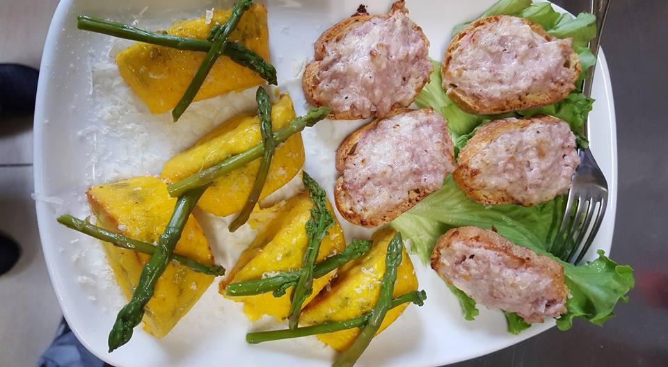 piatto con bruschette e polenta