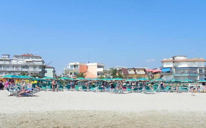 Spiaggia con lettini