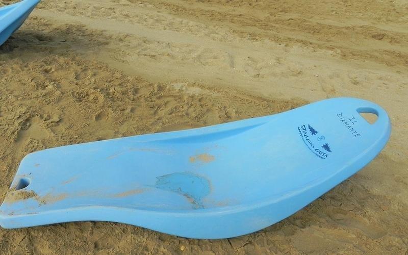Spiaggia attrezzata con sdraio