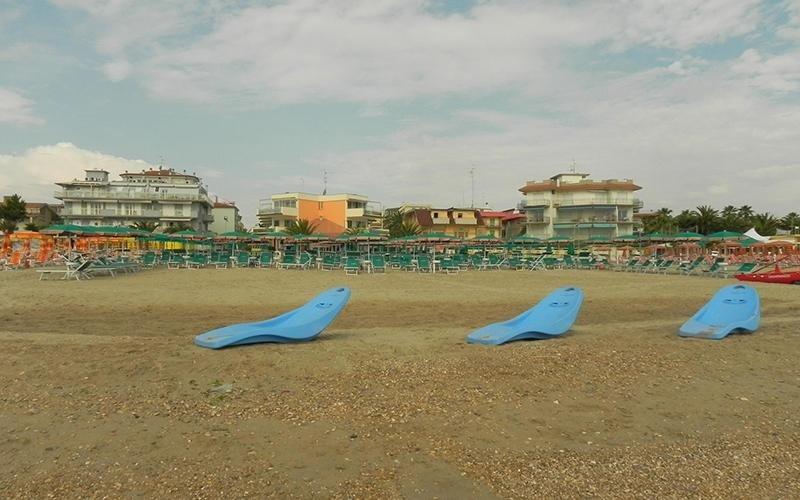 Spiaggia attrezzata con lettini