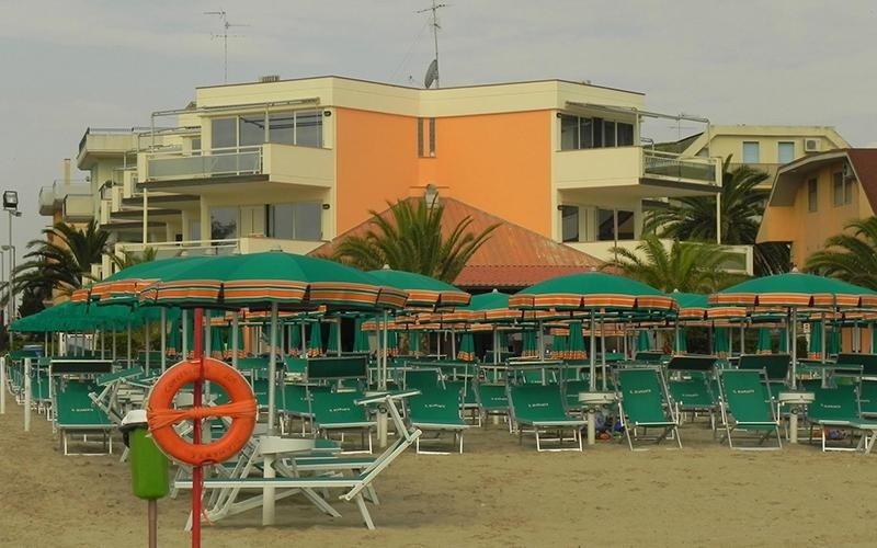 Spiaggia attrezzata con ombrelloni