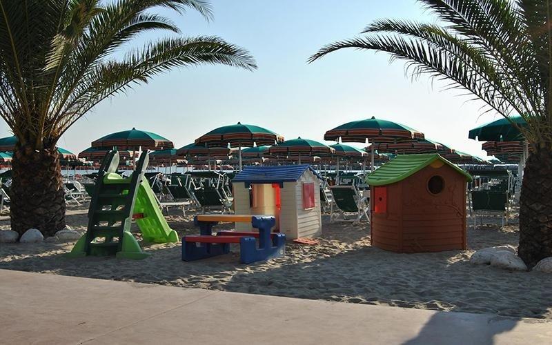 Spiaggia con giochi per bambini