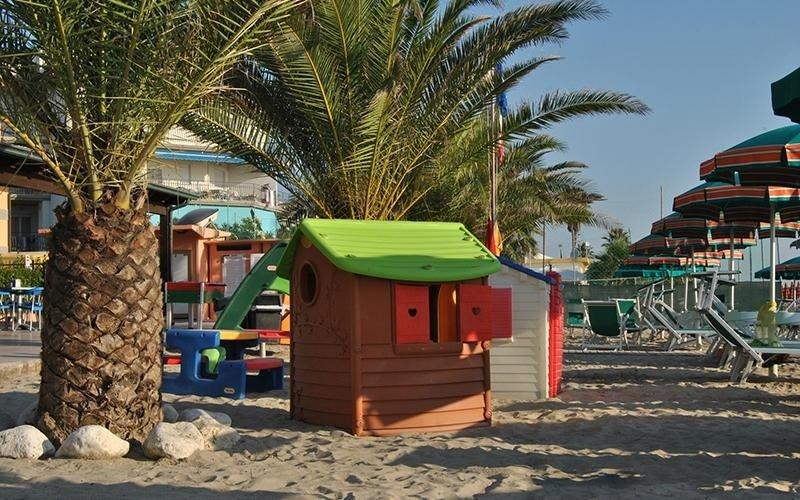 Residence con giochi per bambini in spiaggia