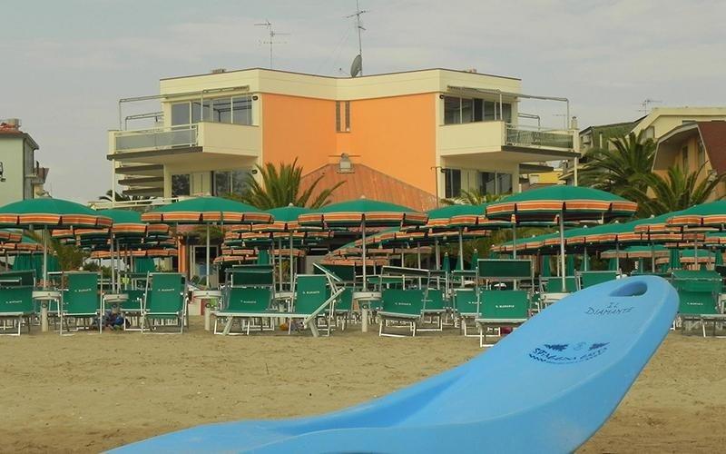 Spiaggia attrezzata con tavolini
