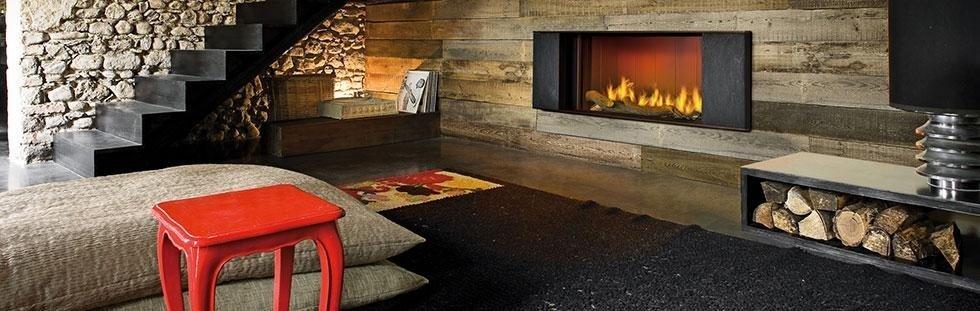 Grande soggiorno con camino di legno