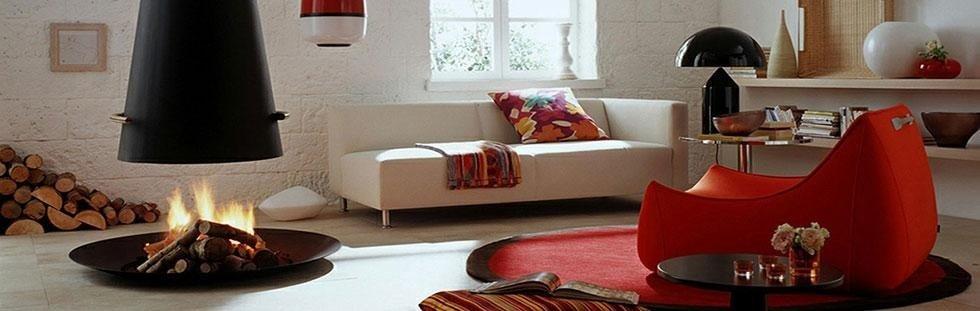 Soggiorno con sofá bianco,poltrona rossa e camino di legno al centro