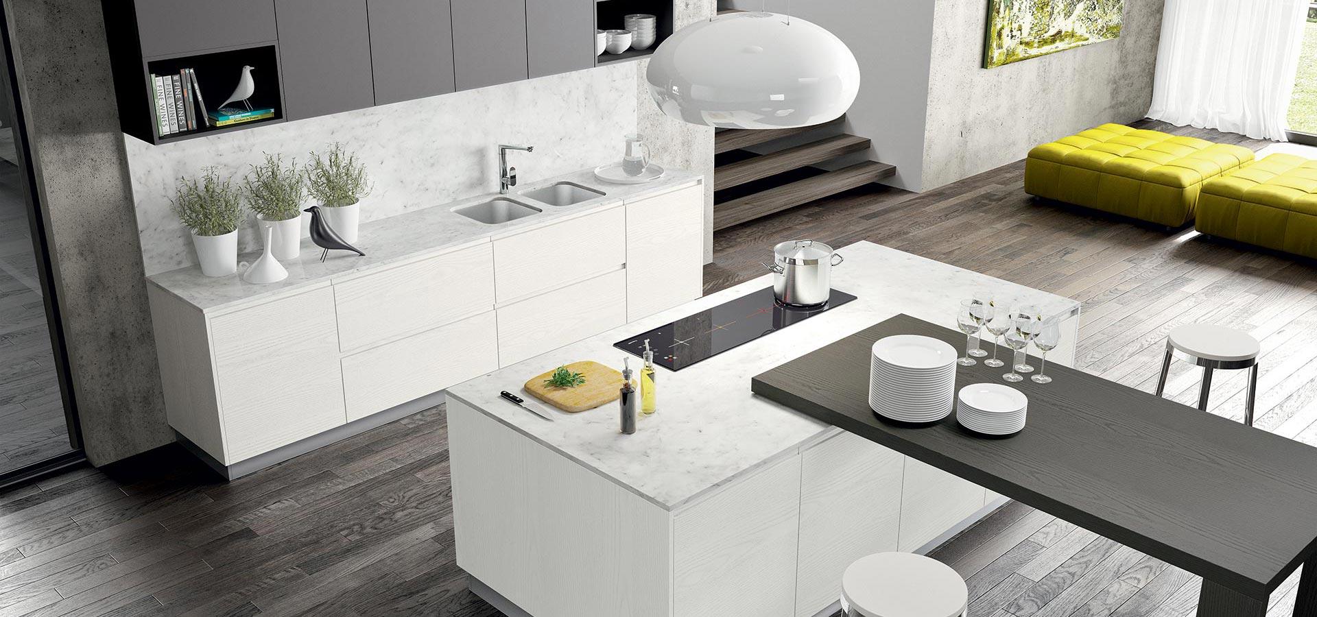 Una cucina di color bianco con una penisola