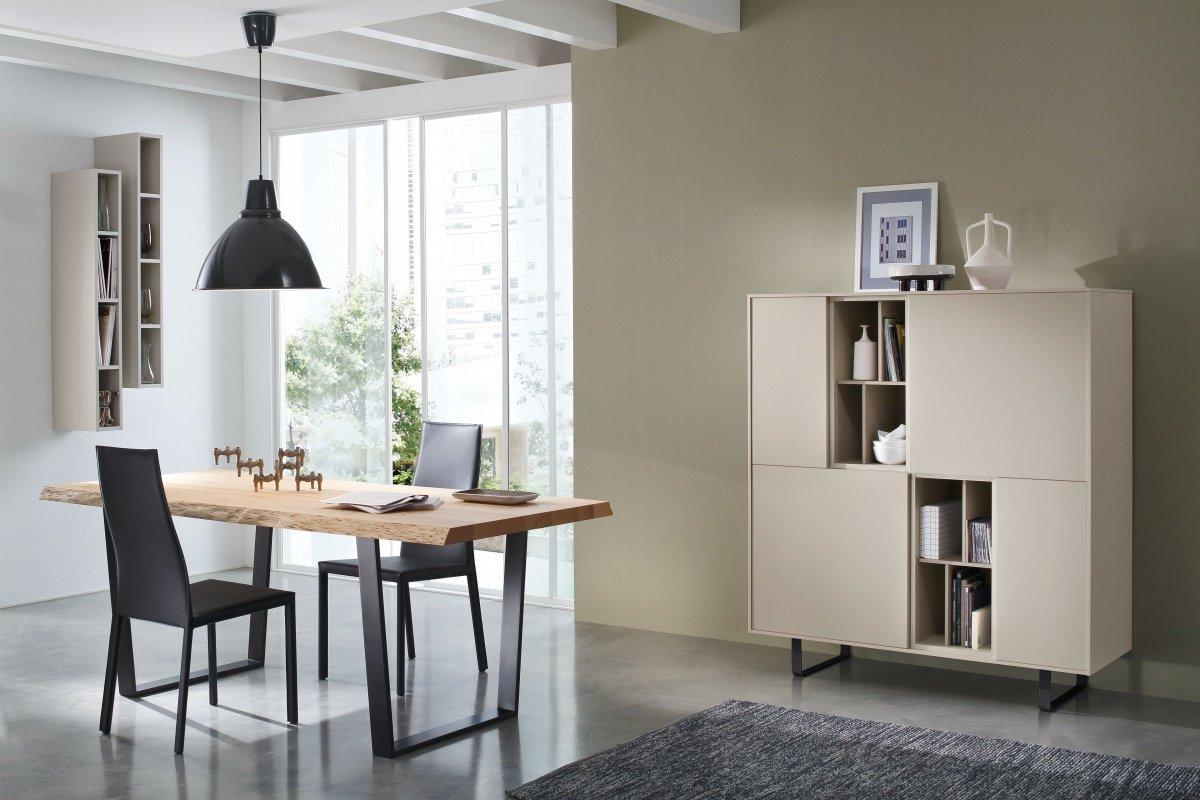 un mobile da buffet, una libreria e un tavolo accanto
