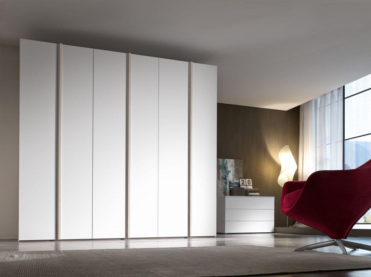un armadio di color bianco