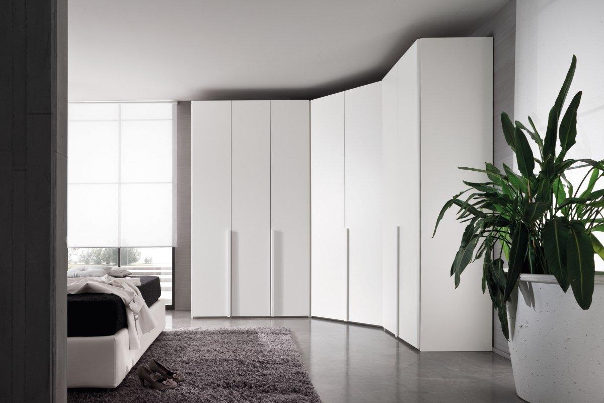 un armadio angolare di color bianco