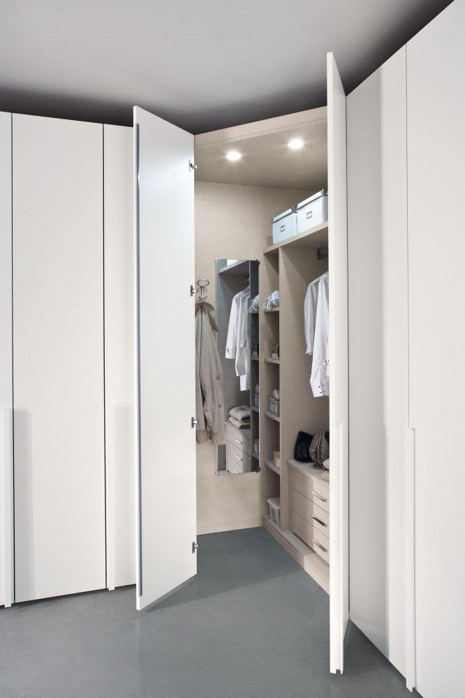 un armadio angolare con delle ante aperte