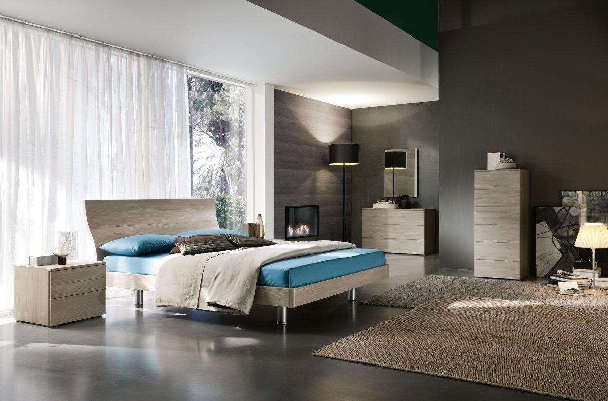 una camera con letto e comodini