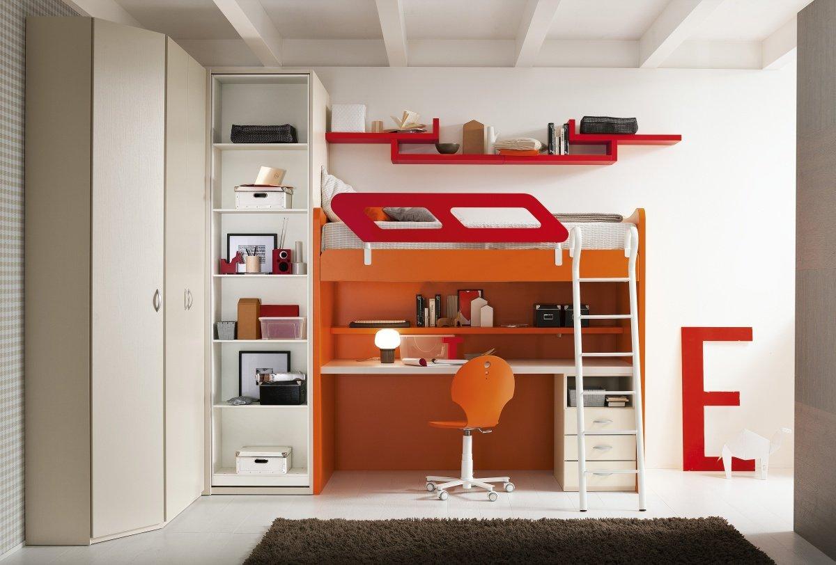 un mobile con scrivania, libreria e un letto a castello