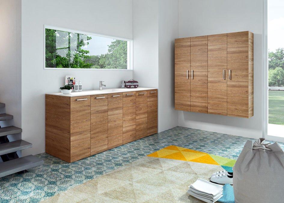 un bagno con un lavabo e dei mobili in legno