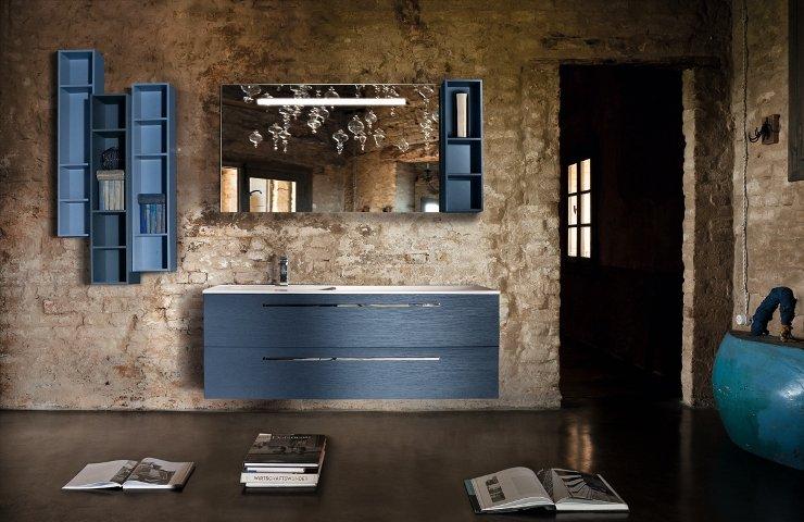 un bagno con dei mobili di color azzurro