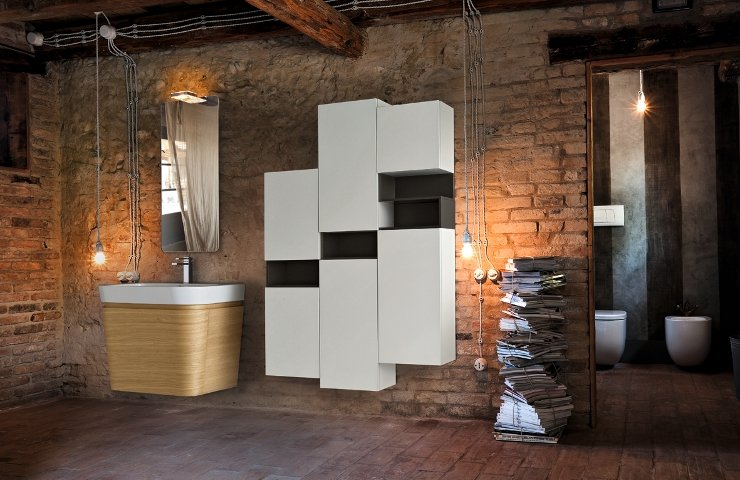 un bagno con mattoni a vista e mobili di color bianco e nero