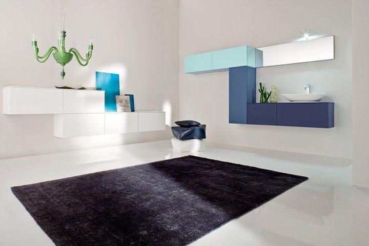 un bagno con mobili di color azzurro e bianco