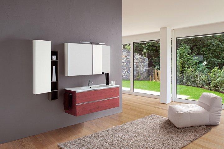 una stanza con un lavabo e una poltrona bianca davanti