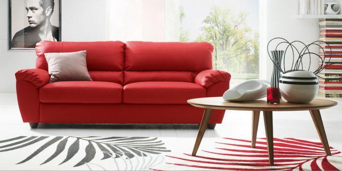 un divano in pelle di color rosso