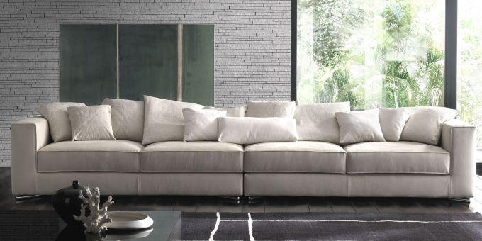 un divano lungo di color beige
