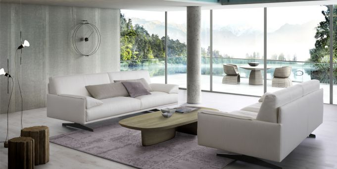due divani in pelle di color avorio