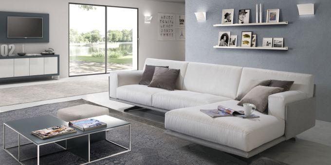 una sala con un divano angolare e un tavolino davanti