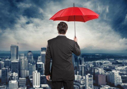 uomo di spalle che tiene un ombrello