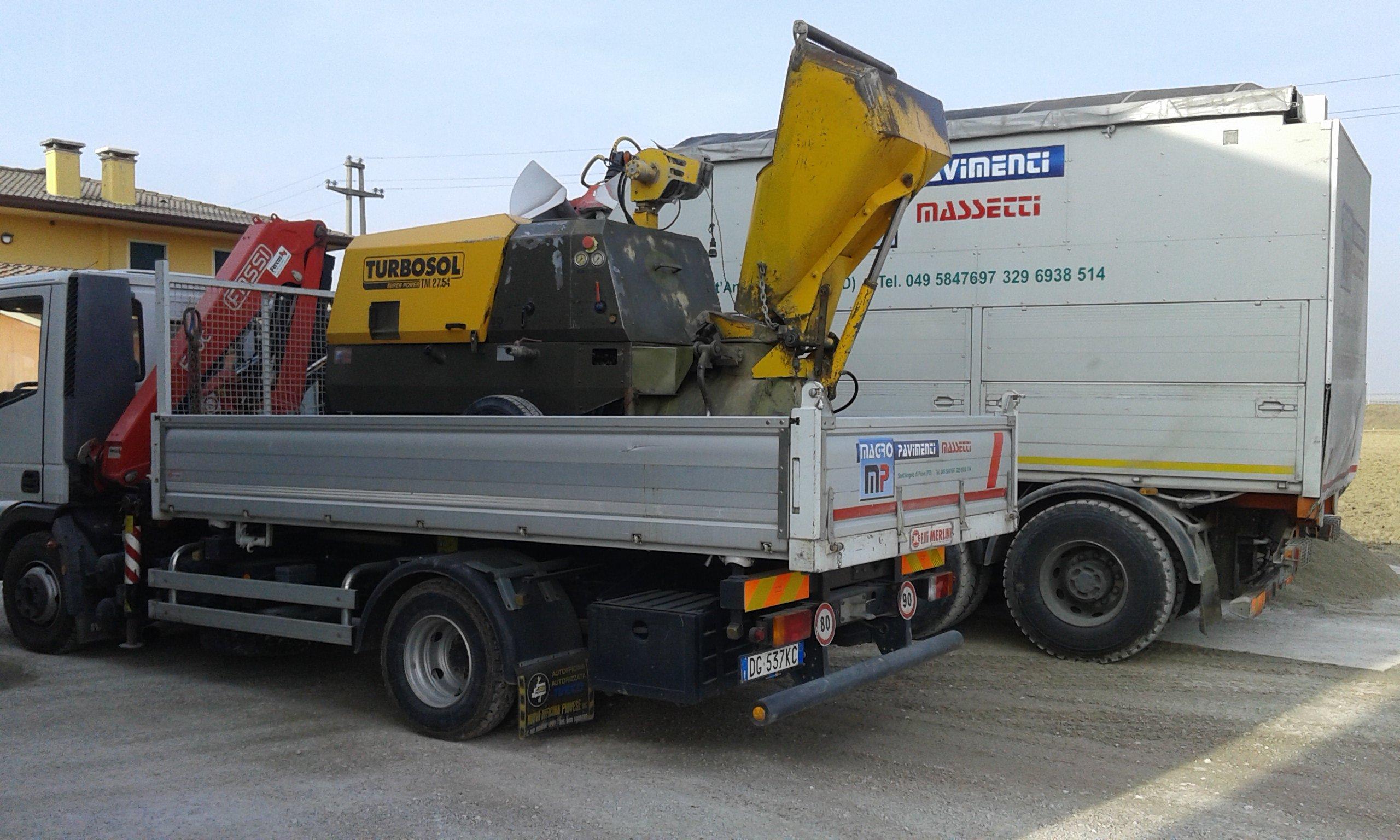 camion con rimorchio e macchinario