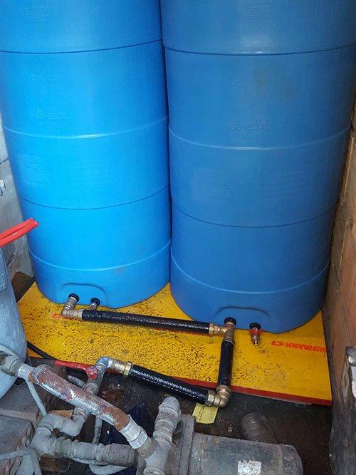 due taniche azzurre con dentro dei tubi