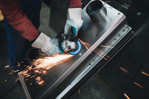 operaio che taglia il ferro