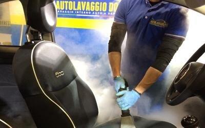 Lavaggio sedili pelle auto