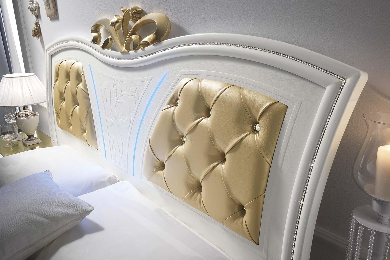 letto bianco con fodere color oro