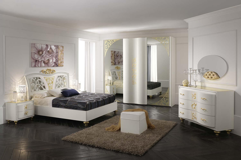 vista laterale di una camera da letto con specchio mensola puffo tappeto e quadro appeso dietro al muro