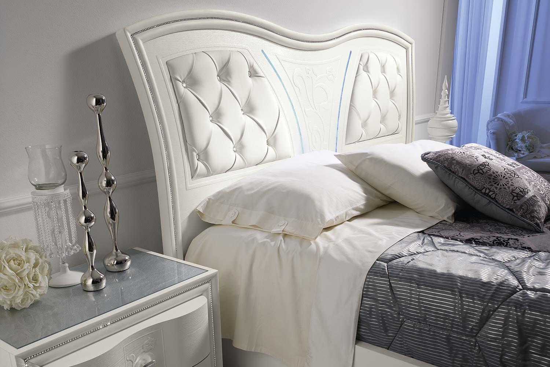 letto con testata del letto bianca
